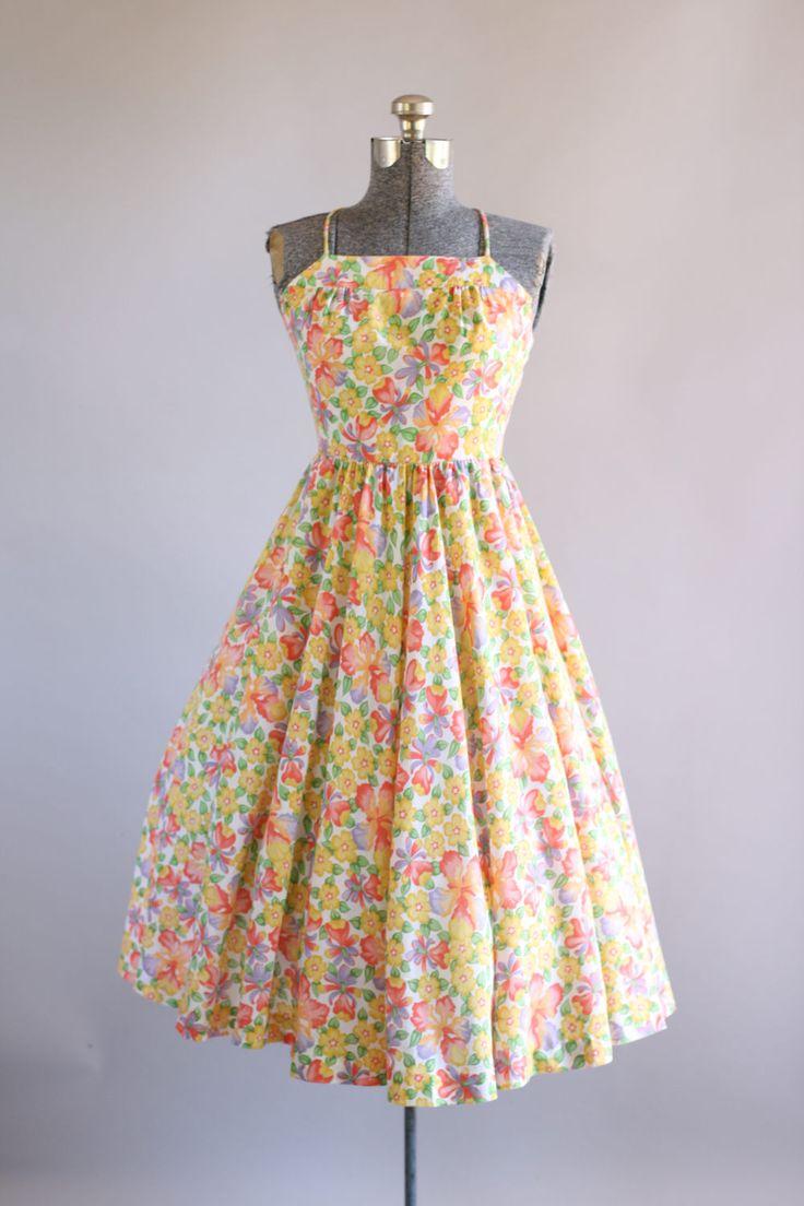 Deze jaren 1970 Lanz originelen katoenen jurk beschikt over een bloemenprint in de kleuren koraal, geel, groen en paars boven op witte achtergrond. Bandjes criss cross en binden aan de achterkant... mooie open terug detaillering. Volledige geplooide rok. Knop sluiting in de rug. Jurk is pure en ik adviseer een slip eronder gedragen worden. Houd er rekening mee: petticoat gedragen onder rok in fotos voor toegevoegd volheid.  Label Lanz originelen Katoen stof Geschatte omvang XS/S Label g...