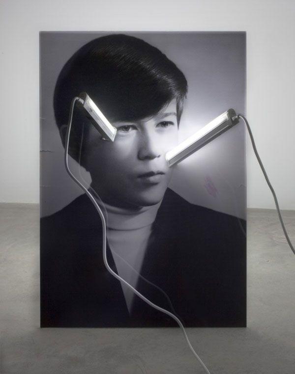 Anciennes photographies et installations artistiques contemporaines