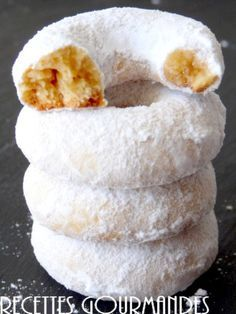 Des biscuits secs très délicieux et facile à préparer et si vous aimez le goût du miel qui a remplacé le sucre, alors la recette est pour vous, ccompagné d'un bon thé, ses petites couronnes sont parties trop vite. Ingrédients - 250 g farine - 100 g de...