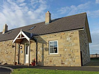 2 Field View - A cosy coastal dog friendly cottage with private access to beach