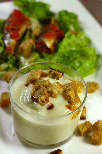Crème de chou fleur 1/2 chou fleur 3/4 litre de bouillon 30 g de beurre Noix de muscade Sel, poivre