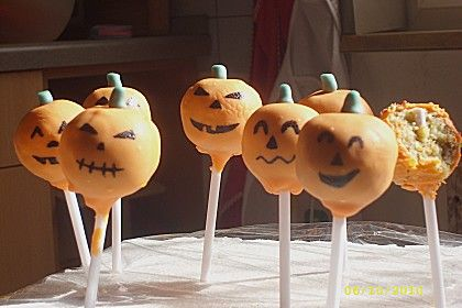 """""""Halloween Kürbis Cake Pops an delikaten MIKADO Stäbchen"""" So würde man diese exquisite Idee wohl auf der Speisekarte eines 5 Sterne Restaurants -zu horrenden 3 stelligen Dessertpreisen- auffinden. Glücklicherweise lässt sich diese kreative Snack-Idee einfach in der eigenen Küche """"nachzaubern"""".  Das Rezept haben wir hier gefunden: www.neuerezepte.com/cake-pops-3.html  Für den knackig-schokoladigen Kern empfehlen sich MIKADO Weiße Schokolade!  Bleibt original!"""