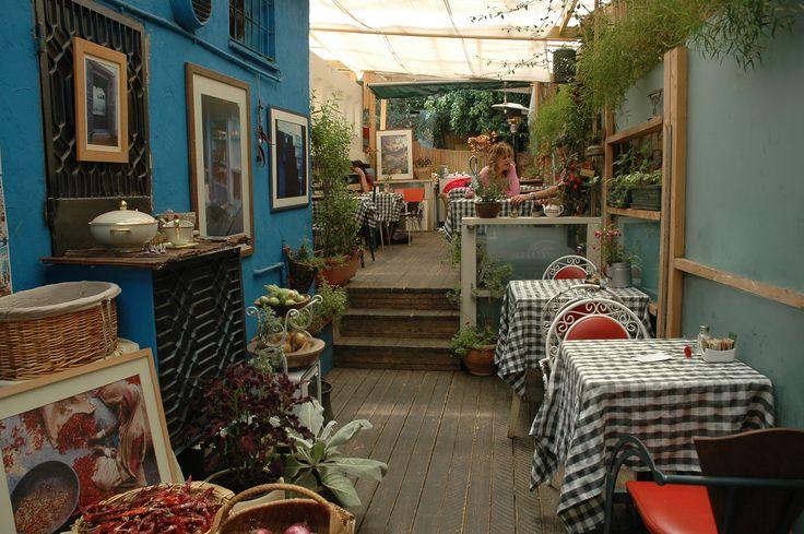 החצר הפנימית המקורה של בית הקפה סלטה ברעננה