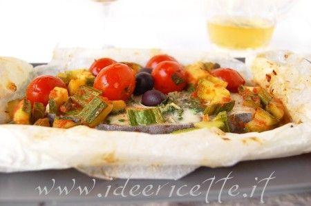 Primo piano cartoccio di pesce spada con zucchine e pomodorini