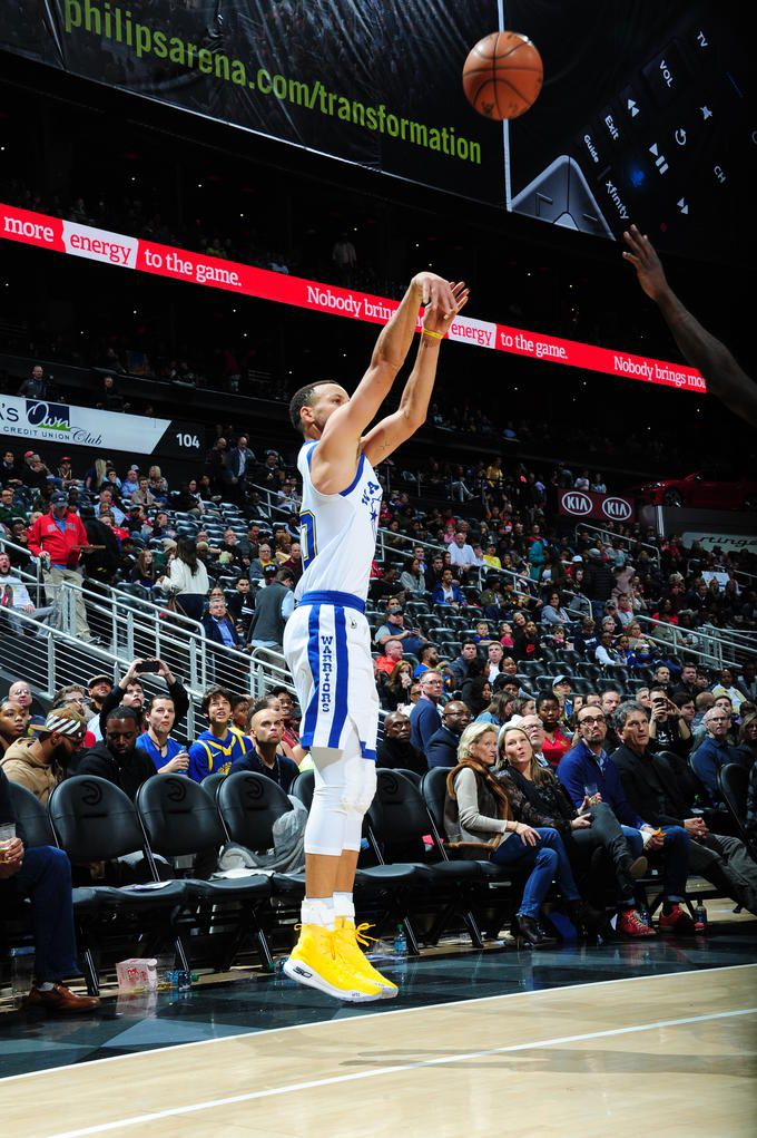 ATLANTA, GA - MARCH 2: Stephen Curry #30 of the Golden State Warriors shoots the ball against the Atlanta Hawks on March 2, 2018 at Philips Arena in Atlanta, Georgia. (Scott Cunningham/NBAE via Getty Images)