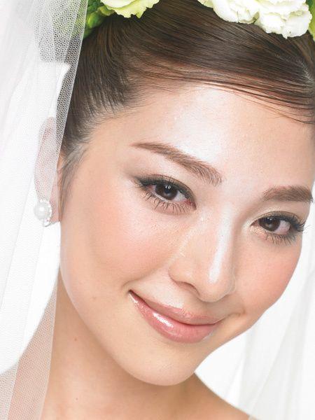 自分らしさを大切にしたい大人の花嫁だからこそ、インパクトの強い色ではなく、ベーシックなベージュ系メイクで目鼻立ちを生かして。目もとはピンク、...