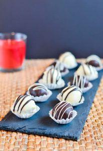 Deliciosas trufas de chocolate rellenas de bizcocho Red Velvet  https://cincoplatos.com #redvelvet #trufasredvelvet #trufasoriginales