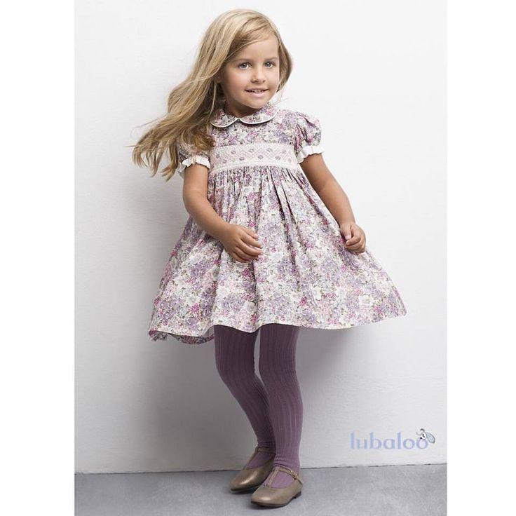 Un vestido de nido hecho a mano, de manga corta con volantitos y lazo posterior. En un tono malva muy en tendencia, combinado con rosas, blancos y verdes.¡Perfecto para que ella también se vea diferente!  #FashionKids #Vestido