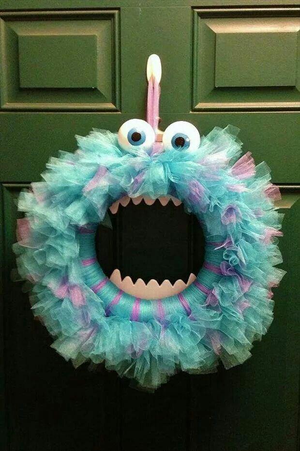 Halloween Wreath. Needed: Ring, tulle, ping pong balls, foam teeth