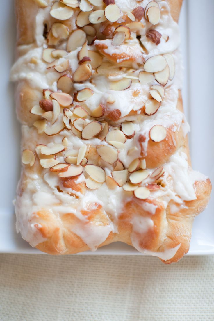 Anita's Swedish Braided Bread | Costa Kitchen 2 cups dairy sour cream  2 packages active dry yeast  1/2 cup warm water (105-115 degrees)  1/4 cup butter  1/3 cup sugar  2 tsp salt  2 eggs  6 cups (approx) all-purpose flour  2 cans apple pie filling  For Topping:  Toasted Almonds  Buttercream icing