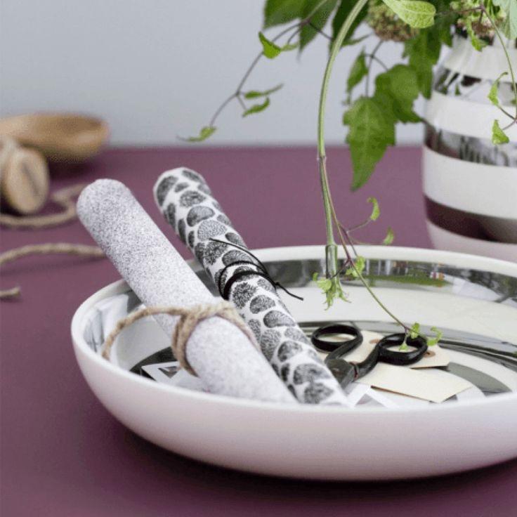 Omaggio fadet fra Kähler med sølvstriber. Fadet er smukt som frugtskål, til søde sager, til juledekorationer eller til opbevaring af de små ting i hverdagen såsom nøgler, mønter, pung m.m.