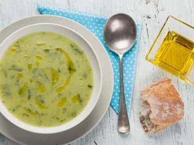 Ijskoude soep van komkommer en dragon opgeklopt met olijfolie 1 komkommer, 1 lit kippenbouillon, 2 teentjes look, enkele takjes dragon naar smaak, 1 dl olijfolie, de zeste van 1/2 citroen, zout en peper en eventueel enkele druppels citroensap. Komkommer in blokjes Breng de bouillon aan de kook, komkommer en de look bij. Laat de soep 5 minuten koken en mix het fijn. Laat de soep vlug afkoelen, liefst in een ijsbad. Snipper de dragon, bij Klok olijfolie er stevig door. Zout/Pep naar smaak