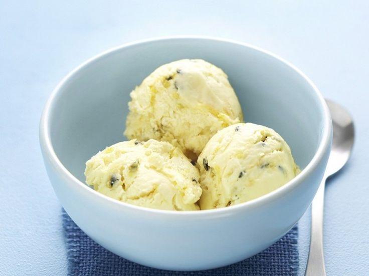 Aprende a preparar un delicioso y refrescante helado de maracuyá.
