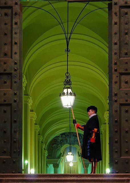 Guardia custodiando el tesoro Vaticano en ciudad del vaticano (Roma).