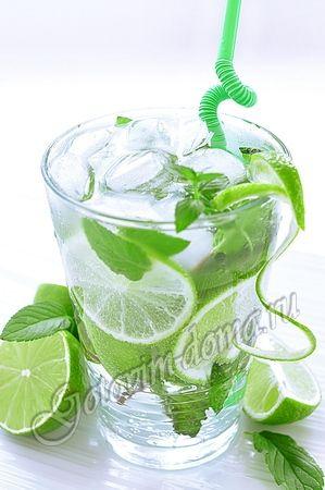 Коктейль Мохито (Mojito)...... на 1 порцию лайм - 1 шт, свежая мята - 5-7 веточек, белый ром - 50 мл (по желанию), сахарный сироп - 20 мл (можно заменить 3 чайными ложками сахара), сильногазированная питьевая вода (или содовая), спрайт, колотый лед