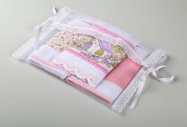 Kit com 03 fraldinhas de boca com tecido na barra e bordado inglês. O kit vem com um saquinho de tule pra dar um charme a mais!!!