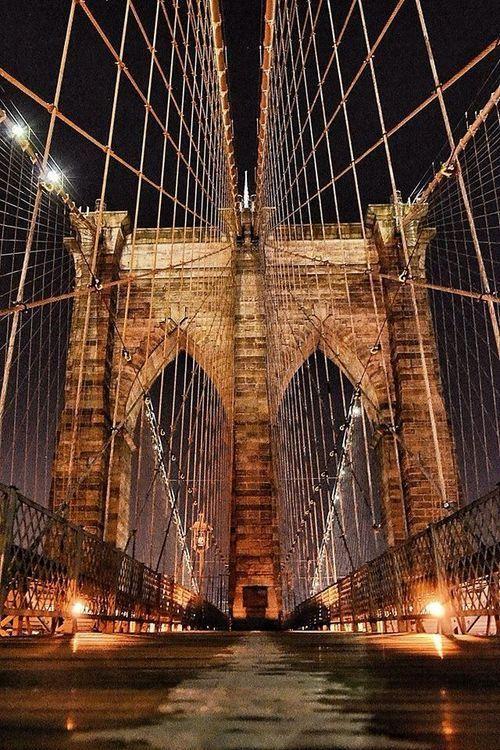 Brooklyn Bridge//Le pont de Brooklyn, en anglais Brooklyn Bridge, à New York est l'un des plus anciens ponts suspendus des États-Unis. Il traverse l'East River pour relier les arrondissements de Manhattan et de Brooklyn. Wikipédia