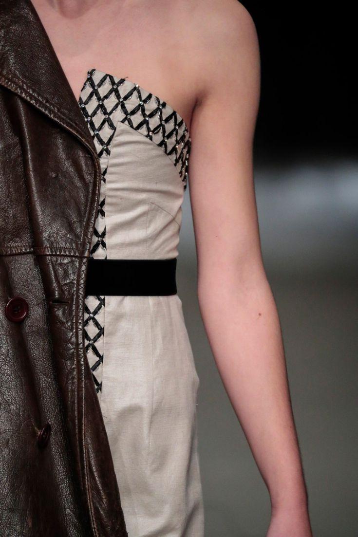Saskia ter Welle | Come Fly with Me | Couture Collectie | Amsterdam Fashionweek | 27 januari 2017 Detailshot van zandkleurige cocktailjurk. © Team Peter Stigter