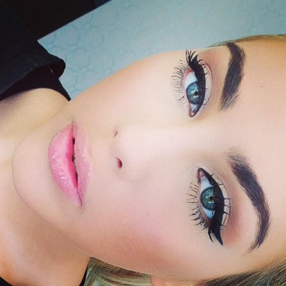 winged eyeliner & baby pink lips so simple and timeless love it
