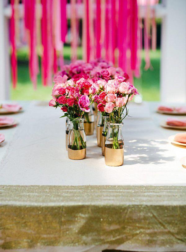 Faz pouco tempo comecei a me interessar e pesquisar sobre decoração de festas seja de casamentos, aniversários, enfim…E estou encontrando tanta coisa bonita! Muitas com ideias simples de grande efeito. Claro, há que considerar o talento destas pessoas para conseguir que o efeito final seja tão bonito. Vou compartilhar com vocês mesas bonitas de alguns blogs que conheci: