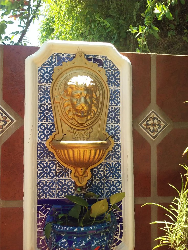 Fuente de agua realizada con len de metal pintado en dorado y mosaiquismo con tocetos y azulejos azules en trencadis Por   Mosaiquismo