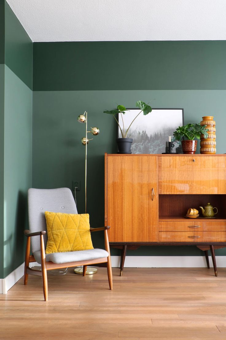 MY ATTIC / Flexa Pure paint / green wall / groen / vintage interior / livingroom Photography: Marij Hessel interiorlivingroom Home Interior, Living Room Interior, Living Room Decor, Interior Livingroom, Interior Paint Design, Danish Interior, Interior Decorating, Color Interior, Vintage Interior Design