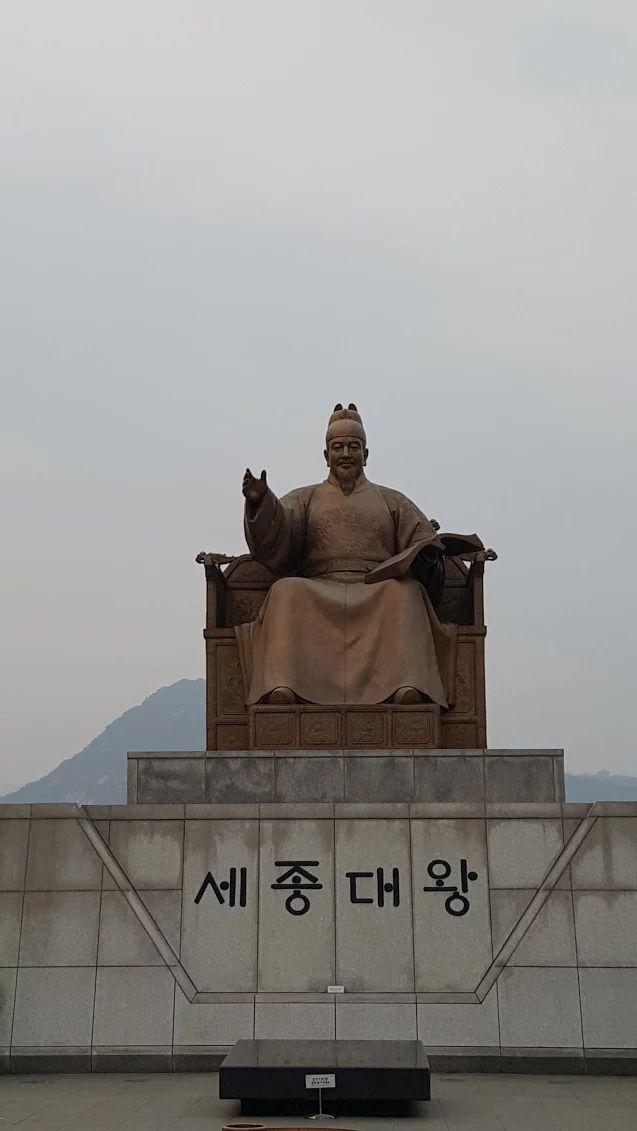 세종대왕, Sejong daewang  The founder of Hangul and King of Joseon dynasty (1397~1450). This is one of the historical landmark in Seoul. And you can see his face on the 10,000won paper money also. Hangul museum is in the basement floor at here. Come and enjoy the history of Korea.     Photo @Gwangwhamun sq. Seoul  April 2017