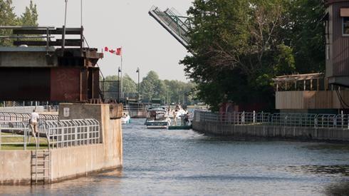 Ouvert à la navigation commerciale en 1843, le canal-de-Chambly accueille maintenant les bateaux de plaisance.