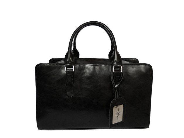 Klasyczna, czarna torebka typu kuferek polskiej produkcji. Wykonana z wysokiej jakości, polerowanej skóry ekologicznej, która doskonale imituje naturalną, jak widać na zdjęciach eko skórka nie jest...