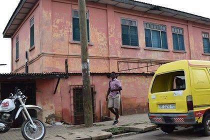 Правоохранительные органы Ганы пресекли деятельность поддельного американского посольства, которое десять лет проработало в столице страны Аккре. На его здании был установлен флаг США, внутри висела фотография действующего президента Барака Обамы. Посетителям выдавали удостоверения личности и визы.