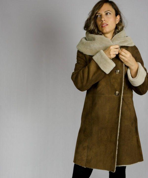 03b4747ec48e8 Abrigo largo de doble faz para mujer en color camel. Confeccionado en piel  de origen