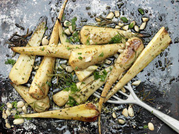 Beilage: Gebackene Pastinaken mit Mandeln & Rosmarin. Pastinaken haben neben ihrem würzigen Geschmack gleich mehrere Vitamine der B-Gruppe zu bieten.