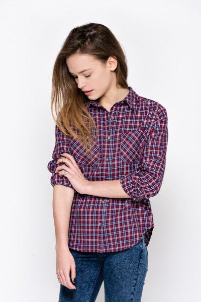 Camicia a quadri da tenere un p' sbottonata per non gonfiare il seno e maniche arrotolate al gomito per alzare la figura e valorizzare il punto vita.  Shirt to be work a little bit open on the bust with rolled up sleeves to your elbows to stretch the figure and flatter your waist