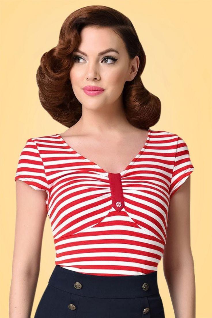 Don't worry sailor ladies... deze50s Marty Knit Stripes Top is precies op tijd binnen!Nautical chic at its best! Elegant, speels en een sailor vibe dankzij de speelse donkerrode en witte strepen, knoopdetail bij de buste en korte mouwtjes. Uitgevoerd in een soepel, zacht, stretchy stofje voor een heerlijk draagcomfort. Of je haar nu draagt op een broek of een rok, ze staat altijd top ;-)   V-halslijn ''Faux'' knoopdetail Korte mouwen Lang genoeg om op ...
