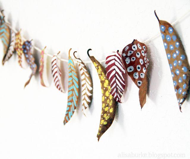 pour occuper les petits et les pus grandes pendant les vacances de la toussaint : guirlande de feuilles sèches peintes collées sur une ficelle pour esprit indien à célébrer… (via alisaburke: celebrate fall)