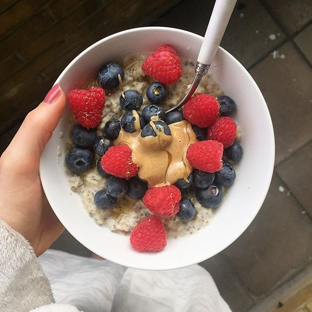 WEBSTA @ tallyrye - Sunday morning vibes right now. Dressing gown ✅. Oats ✅. Nut butter ✅. 🔸Chia Porridge sweetened with…