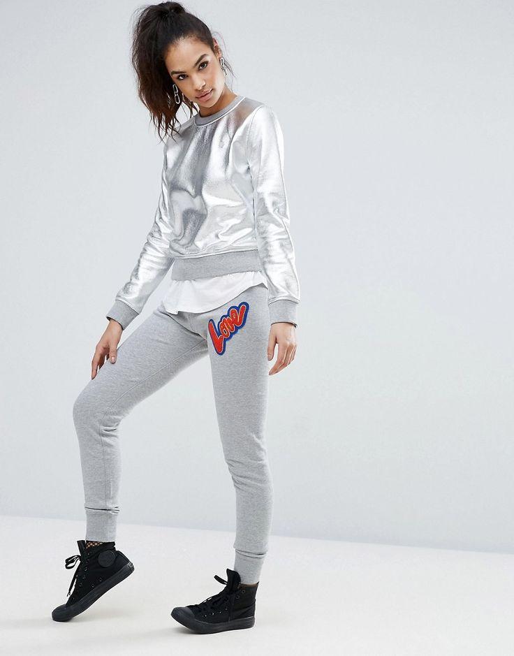 ¡Cómpralo ya!. Joggers con diseño de corazón de Love Moschino. Pantalones de chándal de Love Moschino, Tejido de punto suave al tacto, Cinturilla con cordón ajustable, Eslogan bordado en relieve, Puños ajustados, Corte ajustado - corte muy ceñido al cuerpo, Lavar a máquina, 100% algodón, Modelo: Talla UK 8/EU 36/USA 4; Altura de 175 cm/5'9. Una línea de difusión de la icónica marca de moda italiana Franco Moschino, Love Moschino ha creado una colección divertida e irreverente, q...