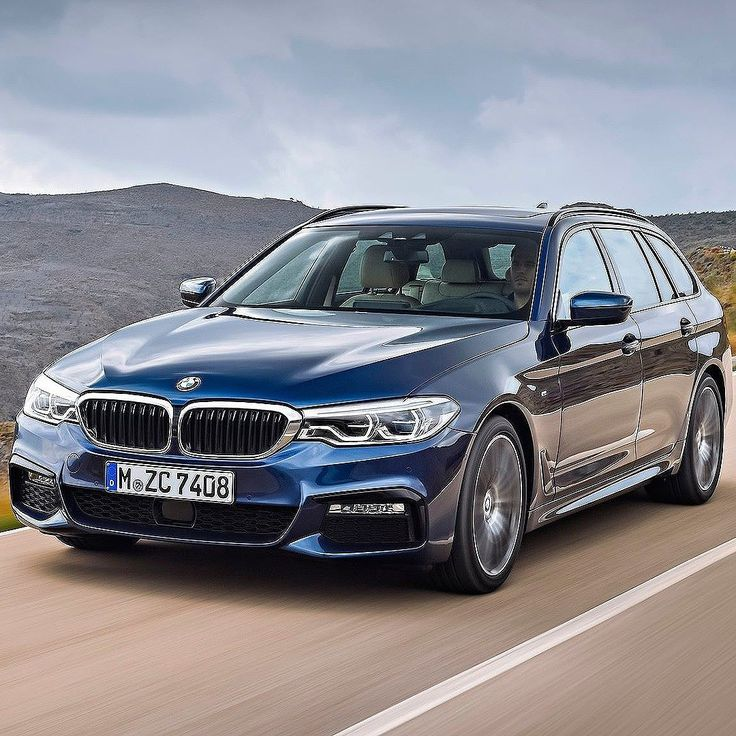 BMW Série 5 Touring 2018 A nova versão do Série 5 exibe dimensões externas ligeiramente maiores que proporcionam ganho de espaço significativo para passageiros e carga. A experiência acústica e o nível de conforto a bordo para os ocupantes do banco traseiro também foram aprimorados.  O BMW Série 5 Touring tem capacidade de 570 litros de bagagens 10 litros a mais que o seu antecessor. A capacidade para bagagem pode ser ampliado para até 1.700 litros adicionais com os bancos rebatidos…