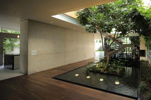 modernes haus innengarten leuchten teich sichtbeton wand