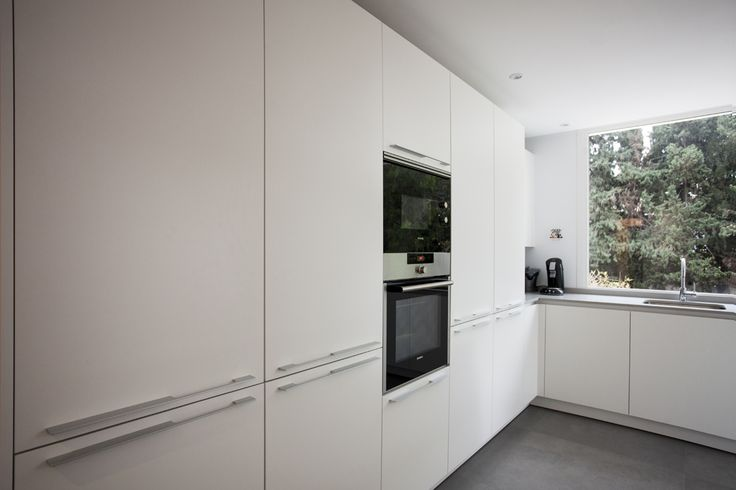 Toda una pared de columnas donde poner el frigorífico, horno/microondas y una buena despensa. Las cocinas Santos ofrece una amplia gama de soluciones y Cocimed las aplica dependiendo de tus necesidades.