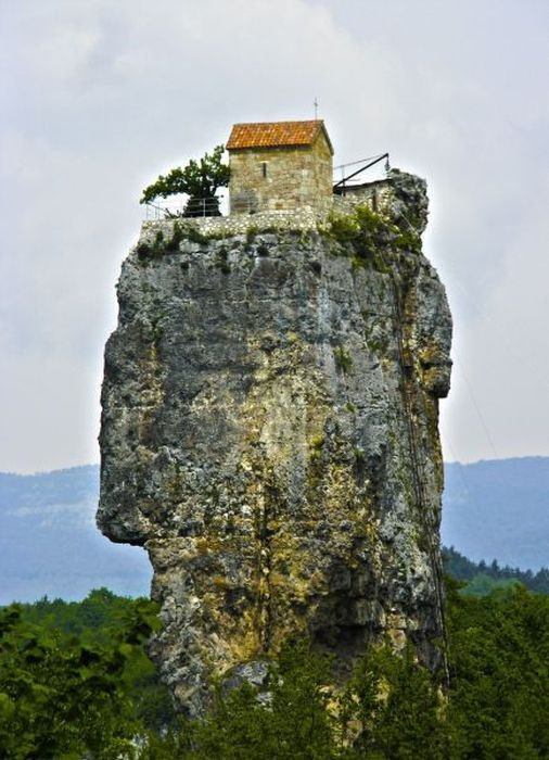 Flying house at the top of the rock maison volante for Cost to build a house in little rock