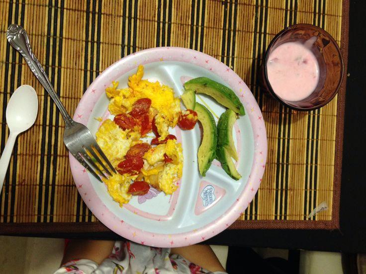 Huevo con jitomate cherry aguacate y yogur de fresa