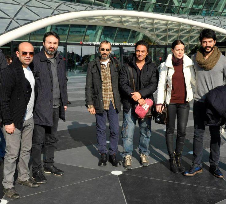 Aşk sana benzer oyuncuları Fahriye Evcen ,Burak Özçivit ve yönetmen Taner Elhan Bu gece gerçekleşecek gala için Baküye geldiler ...