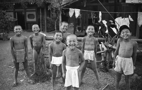昭和30年代(1955)の写真と思われる。屈託のない笑いがイイですね。