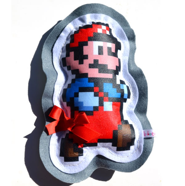 $28 Doudou coussin Mario bros en feutrine et ouate anti allergie.Taille 24x15 cm