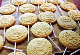 Rezept für keksstempel Zutaten: - 250 g Mehl - 110 g Butter - 70 g Zucker - 1 EL Vanillezucker - 1 Ei - 1 kleine Prise Salz - etwas Zitronen- oder Orangenabrieb (alternativ Orangen- oder Zitronenpulver)