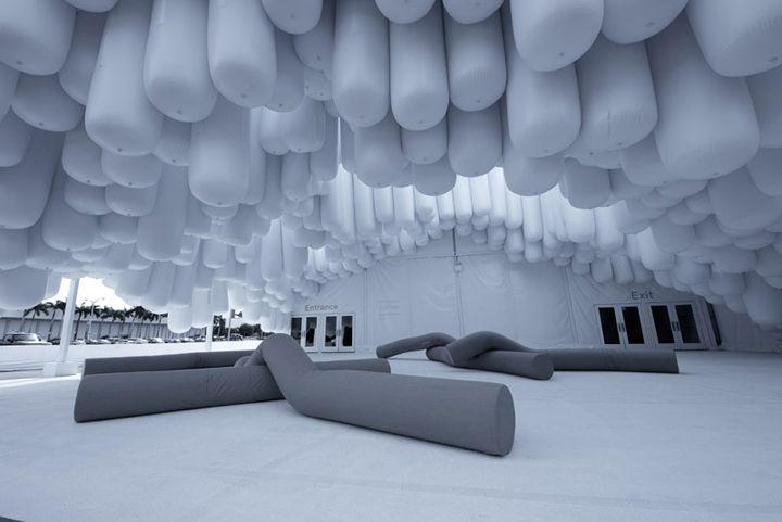 REPETICION DE MUCHOS SACOS DE ALGUN MATERIAL BARATO O SIMIL,  PARA BAJAR EL TECHO  Drift pavilon Design Miami 2012 Snarkitecture Miami