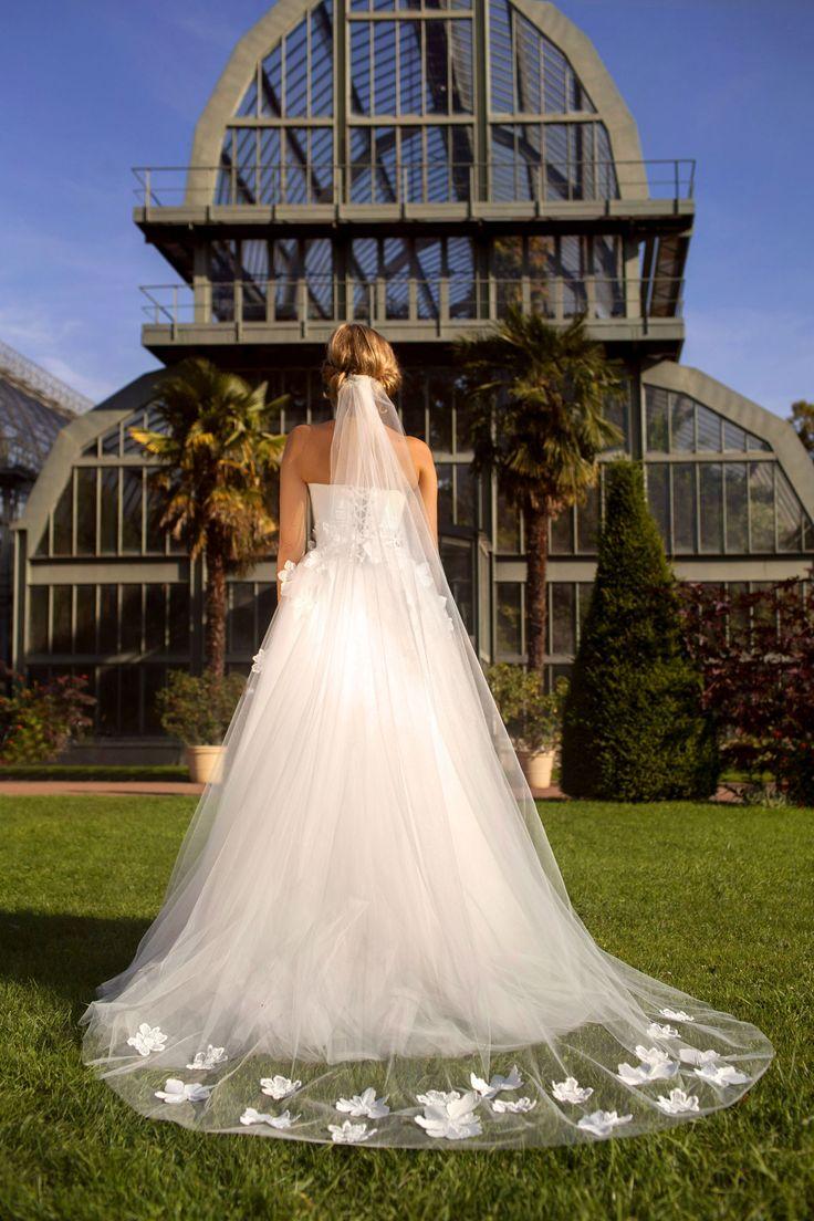 Ludivine Guillot, robe de mariée sur mesure à Lyon. Tulle souple - fleurs - brodé - broderie - princesse - évasée - voile - bustier - wedding dress - bridal gown - lace - mariage - tendance 2017 2018 - dos
