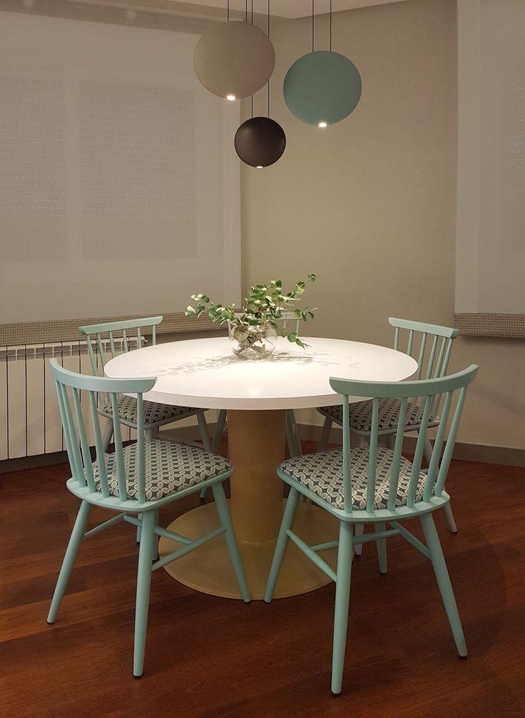 Sillas vintage y lámpara Vibia en un salón-comedor concepto hygge. Proyecto de interiorismo de AZ Diseño.