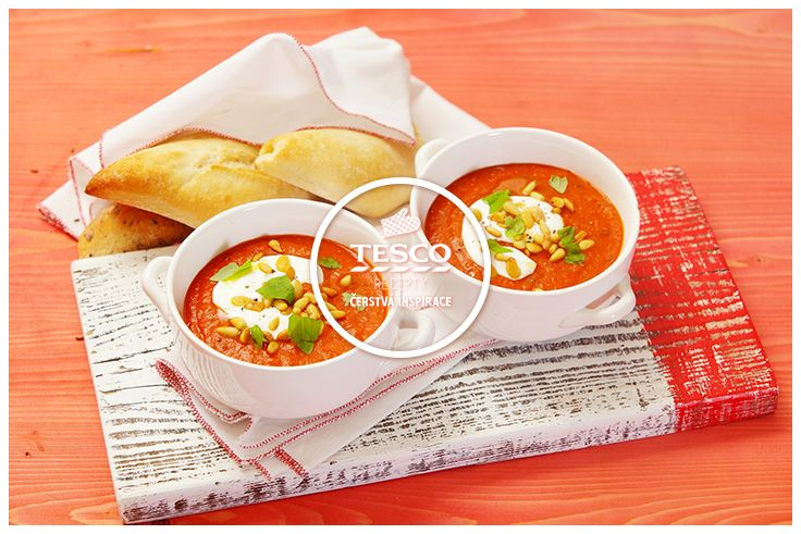 Tomatová polévka se zakysanou smetanou praženými semínky a bazalkou  http://www.tescorecepty.cz/recepty/detail/50-tomatova-polevka-se-zakysanou-smetanou-prazenymi-seminky-a-bazalkou